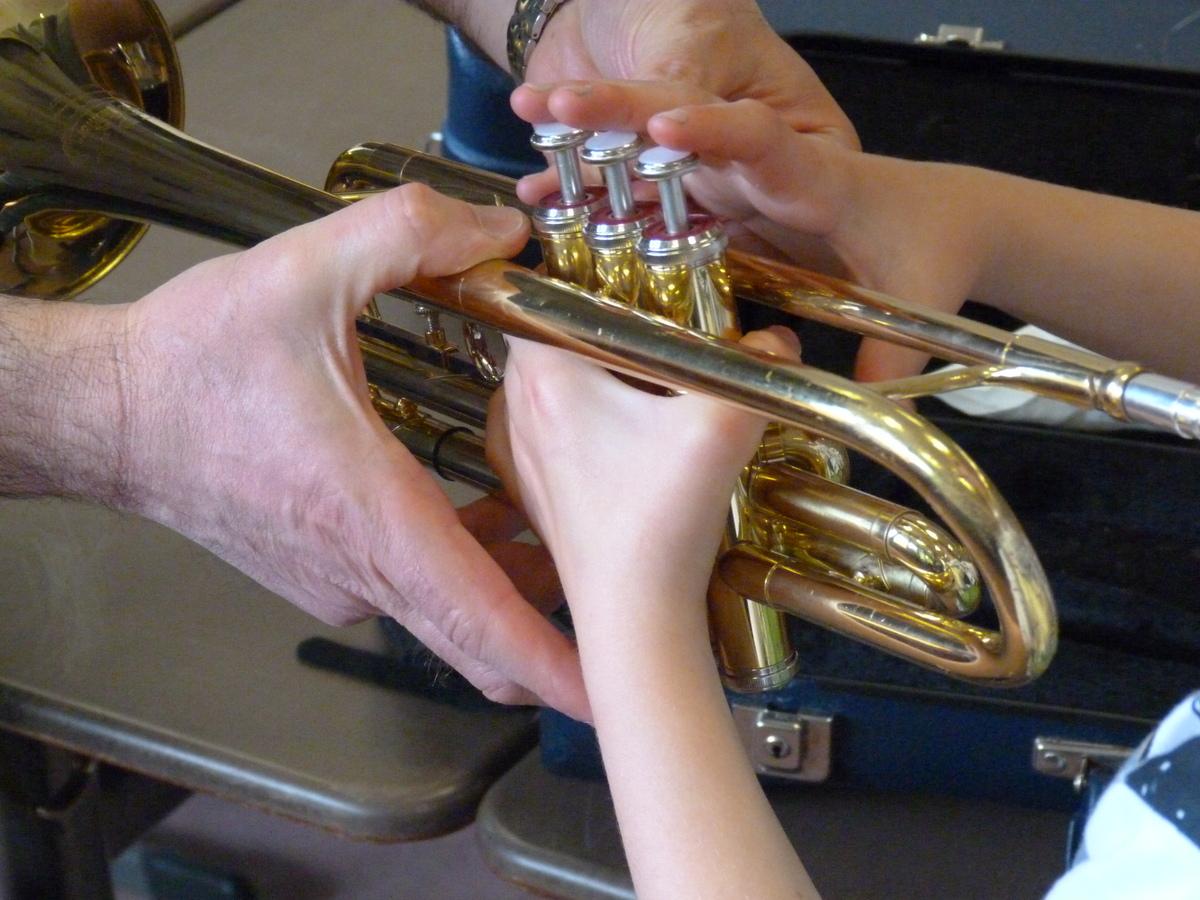 Viele Gundschulkinder zogen die Instrumente der Bläsergruppe der ASS an
