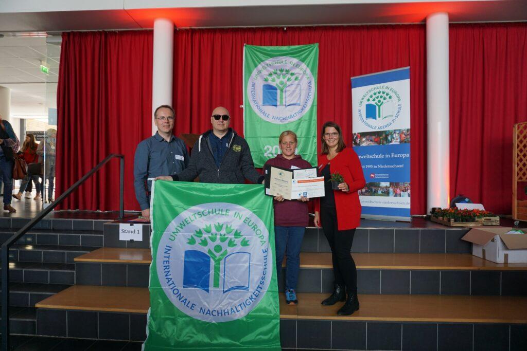 Thomas Boettger (mit Sonnenbrille) und Karen Eggers (2. v. r.) nahmen für unsere Schule die Auszeichnung entgegen. Damit ist die ASS wieder Umweltschule.